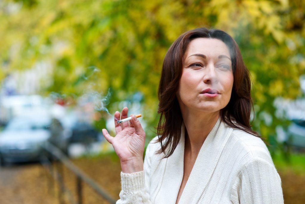 žena fajčiaca cigaretu
