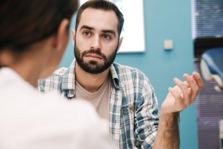 mladý muž u doktorky s pýtajúcim sa výrazom v tvári