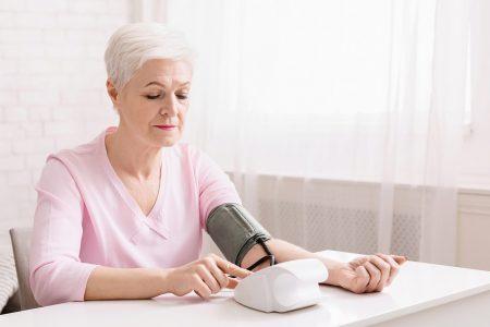 staršia pani si kontroluje tlak krvi