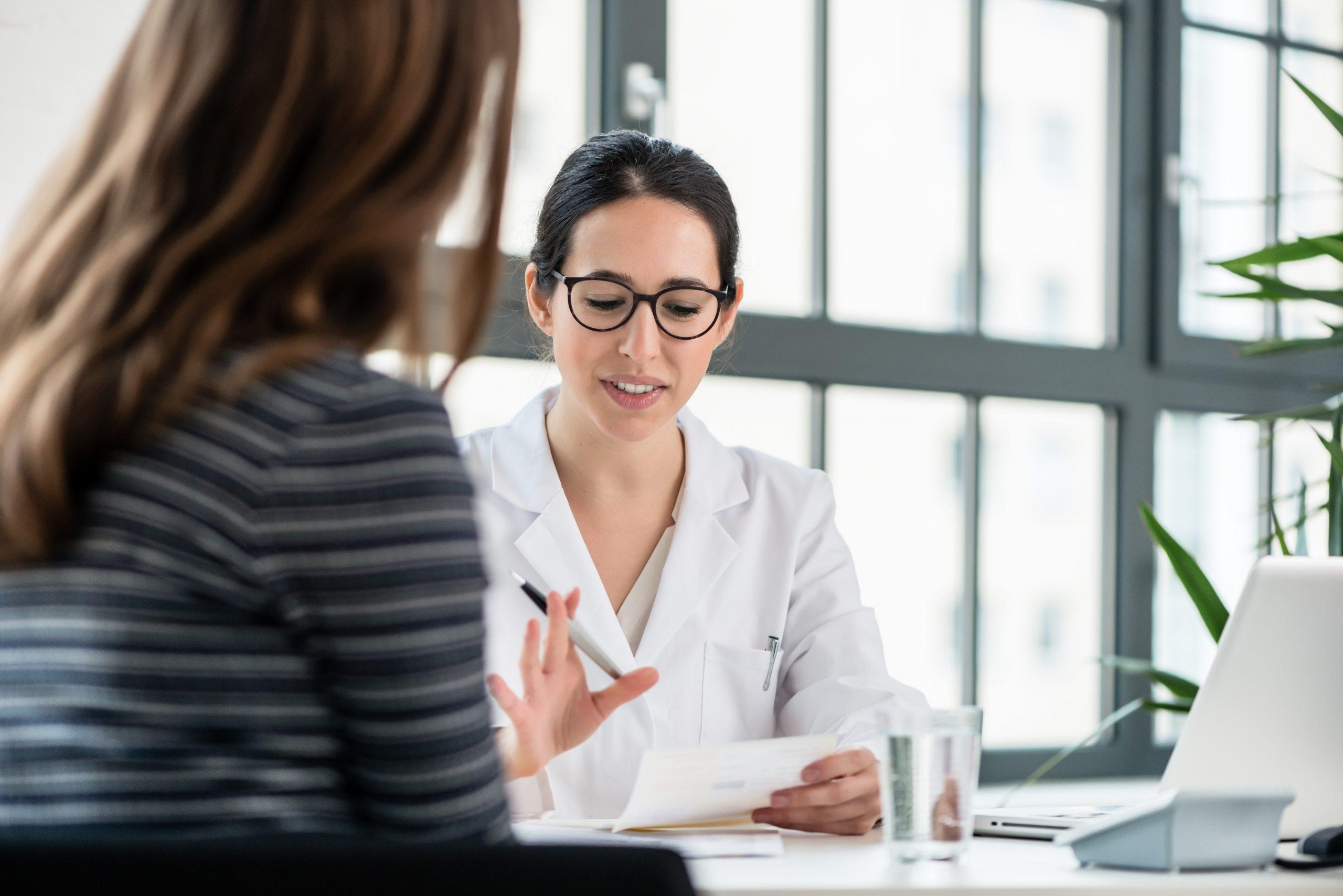 mladá doktorka vysvetľuje výsledky svojej pacientke