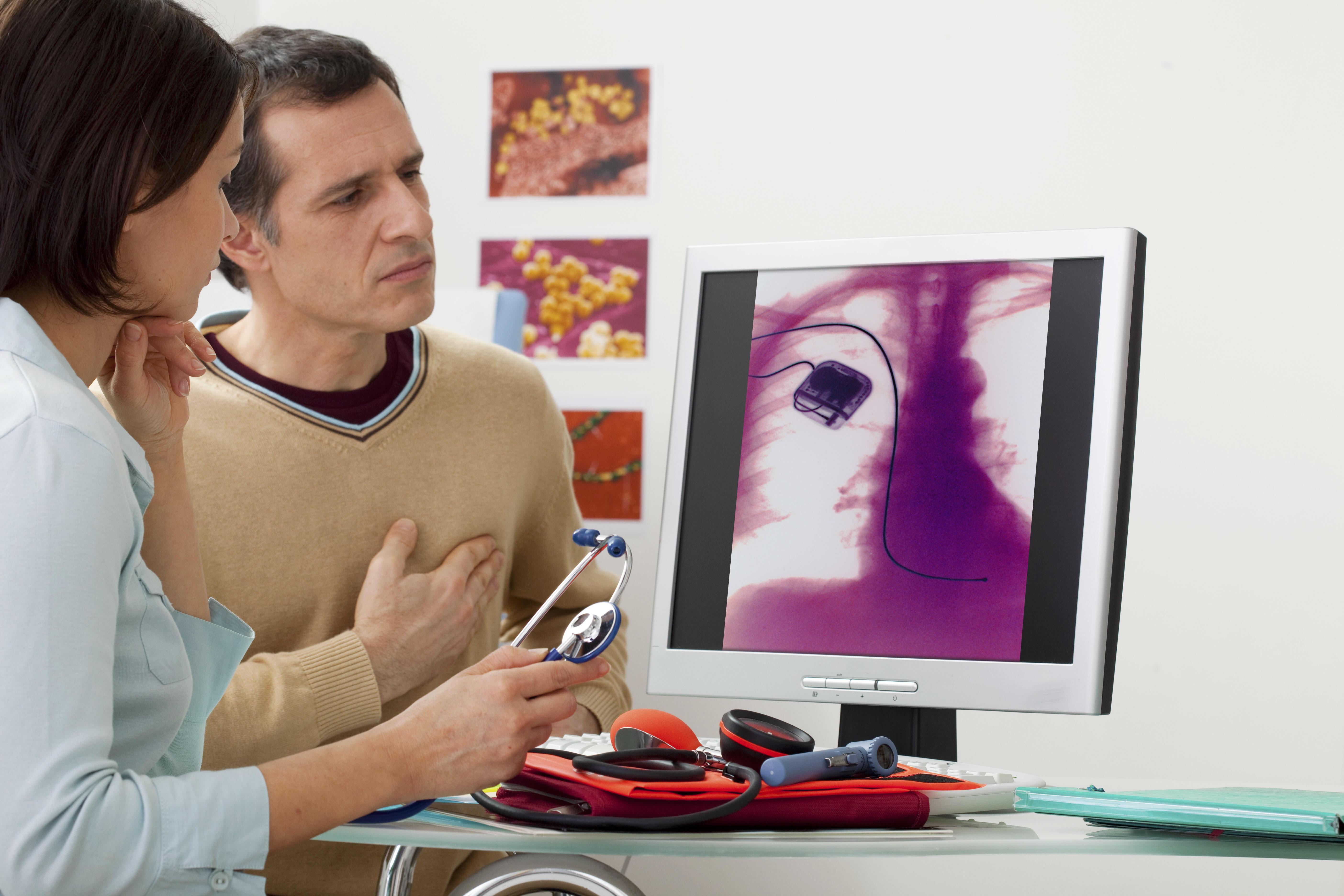 pacient kontroluje svoj kardiostimulátor u doktorky na počítači