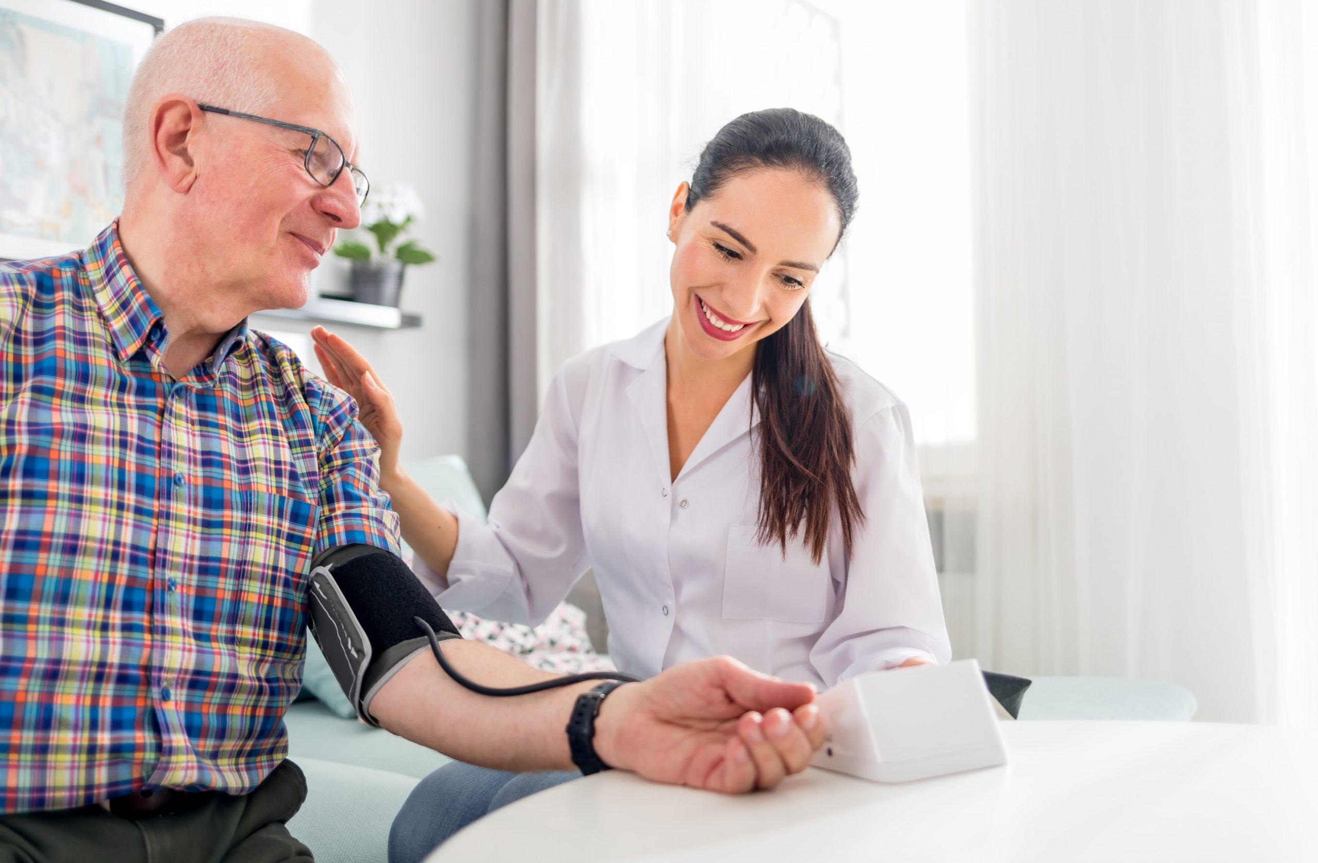 mladá doktorka kontroluje tlak staršieho pacienta