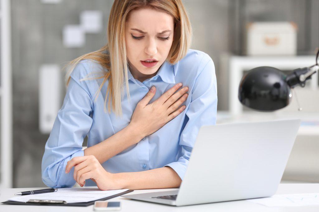 mladá žena sa drží za srdce a pociťuje bolesť