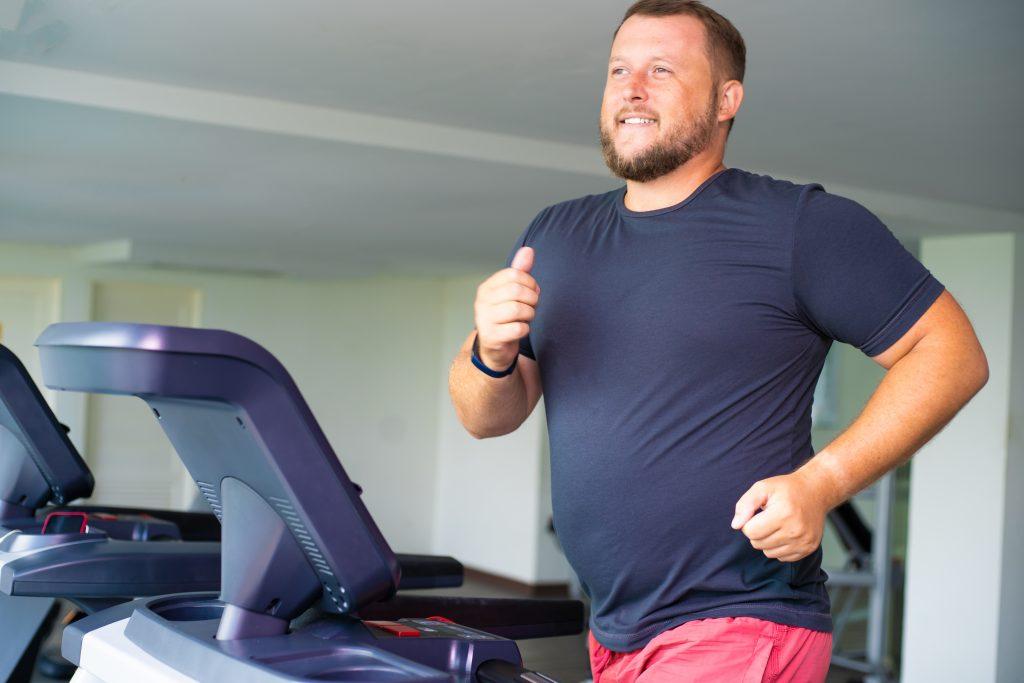 muž behá na bežiacom páse