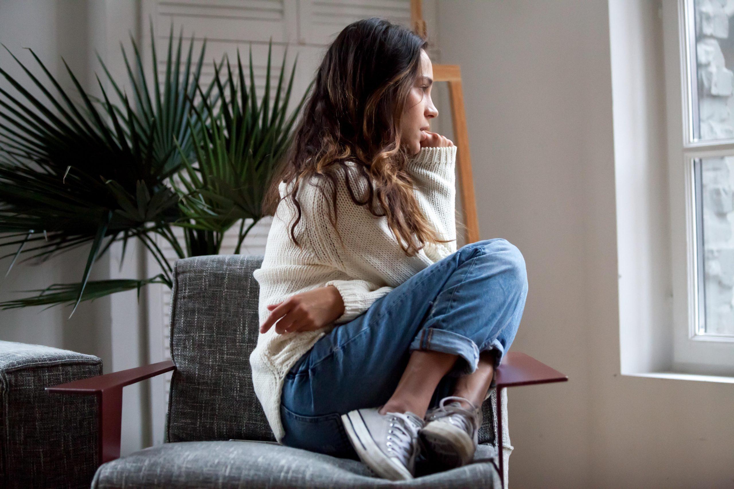 mladá žena sedí na stoličke veľmi vystresovaná