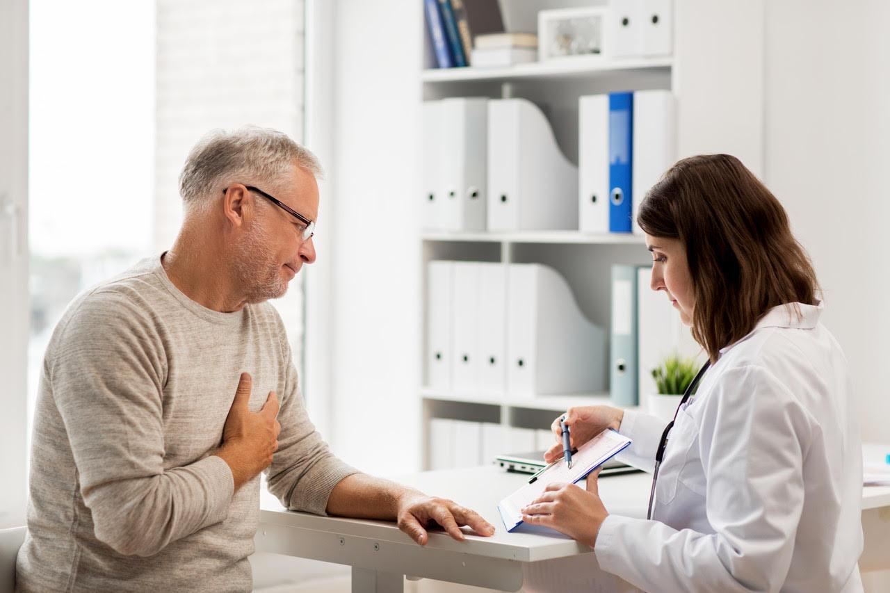 starší pán sa drží za srdce a doktorka mu ukazuje jeho výsledky