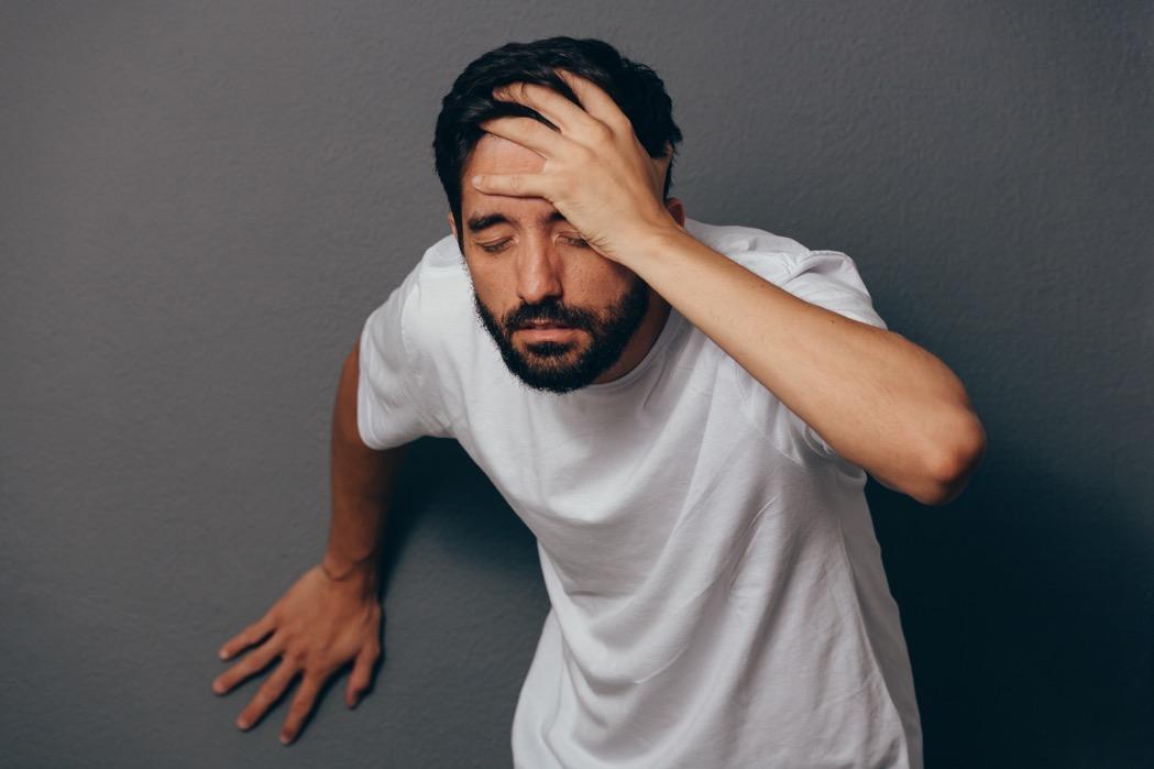 muž sa chytá za veľmi bolestivú hlavu