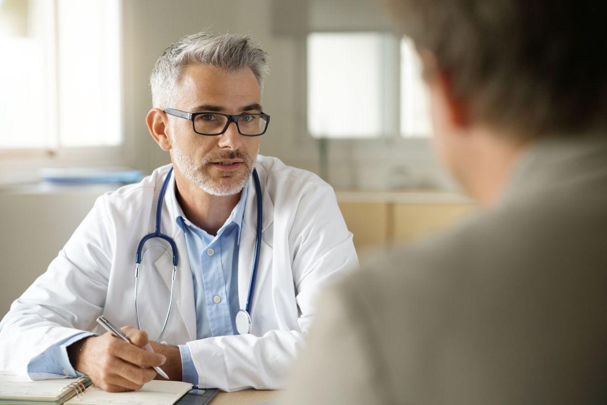 doktor sa rozpráva so svojím pacientom