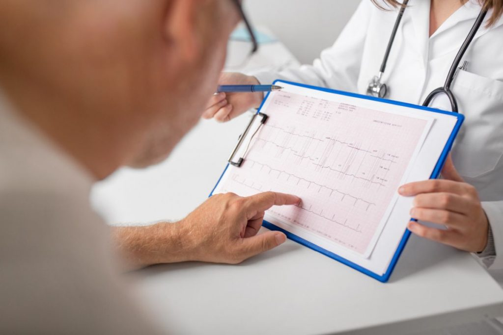 pacient ukazuje na svoje výsledky EKG